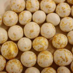 perles de noisette blanc et or