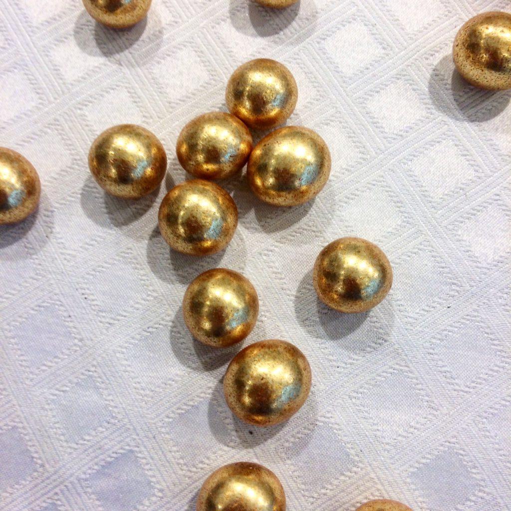 Dragées perles de noisette dorées