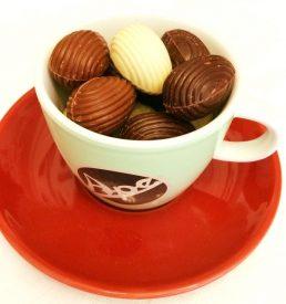 oeufs pralinés au chocolat dans tasse