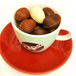 Tasse à café remplie d'oeufs pralinés