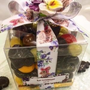 Assortiment de confiseries et chocolat noir de Pâques